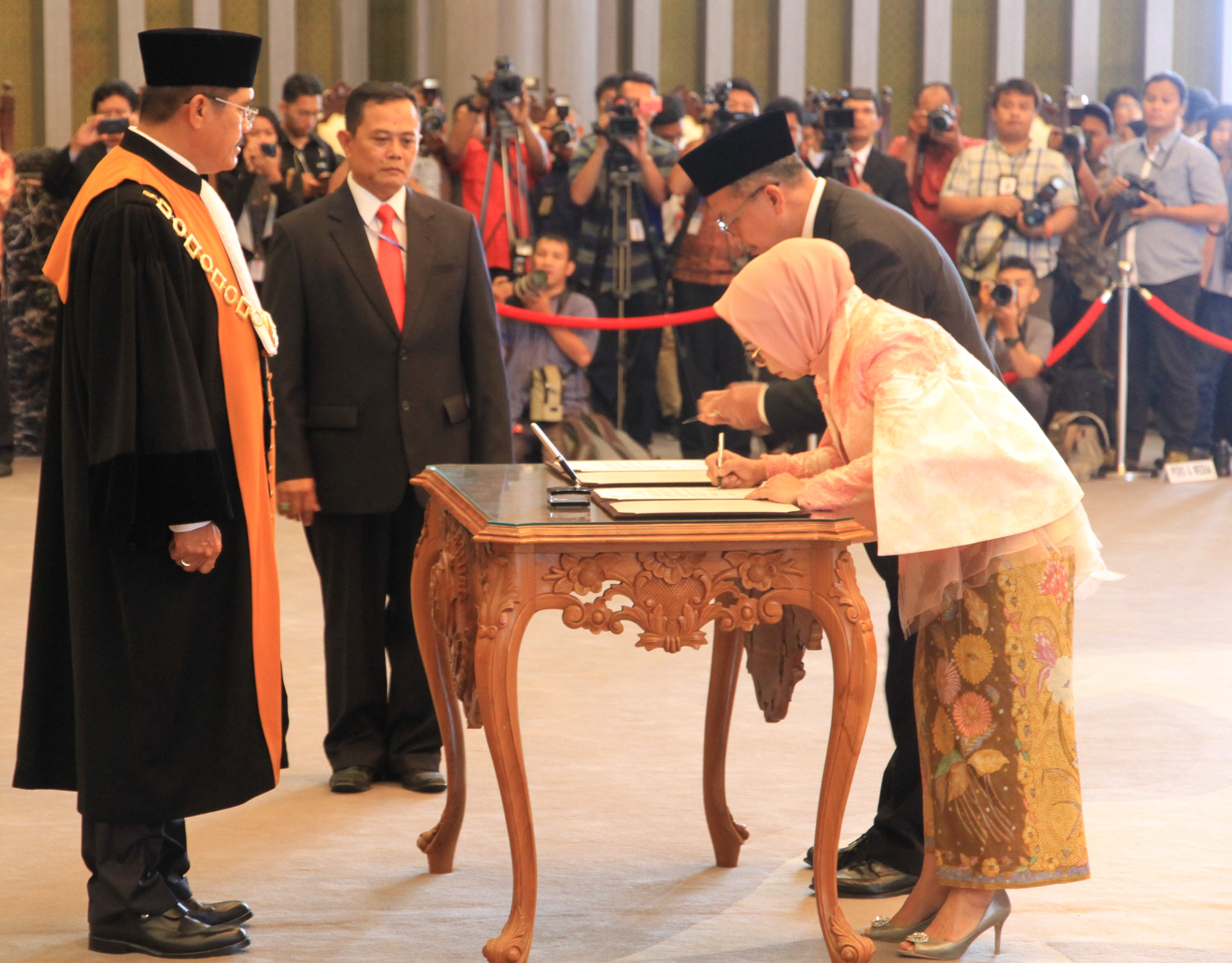 KETUA MAHKAMAH AGUNG MELANTIK DEPUTI GUBERNUR BANK INDONESIA