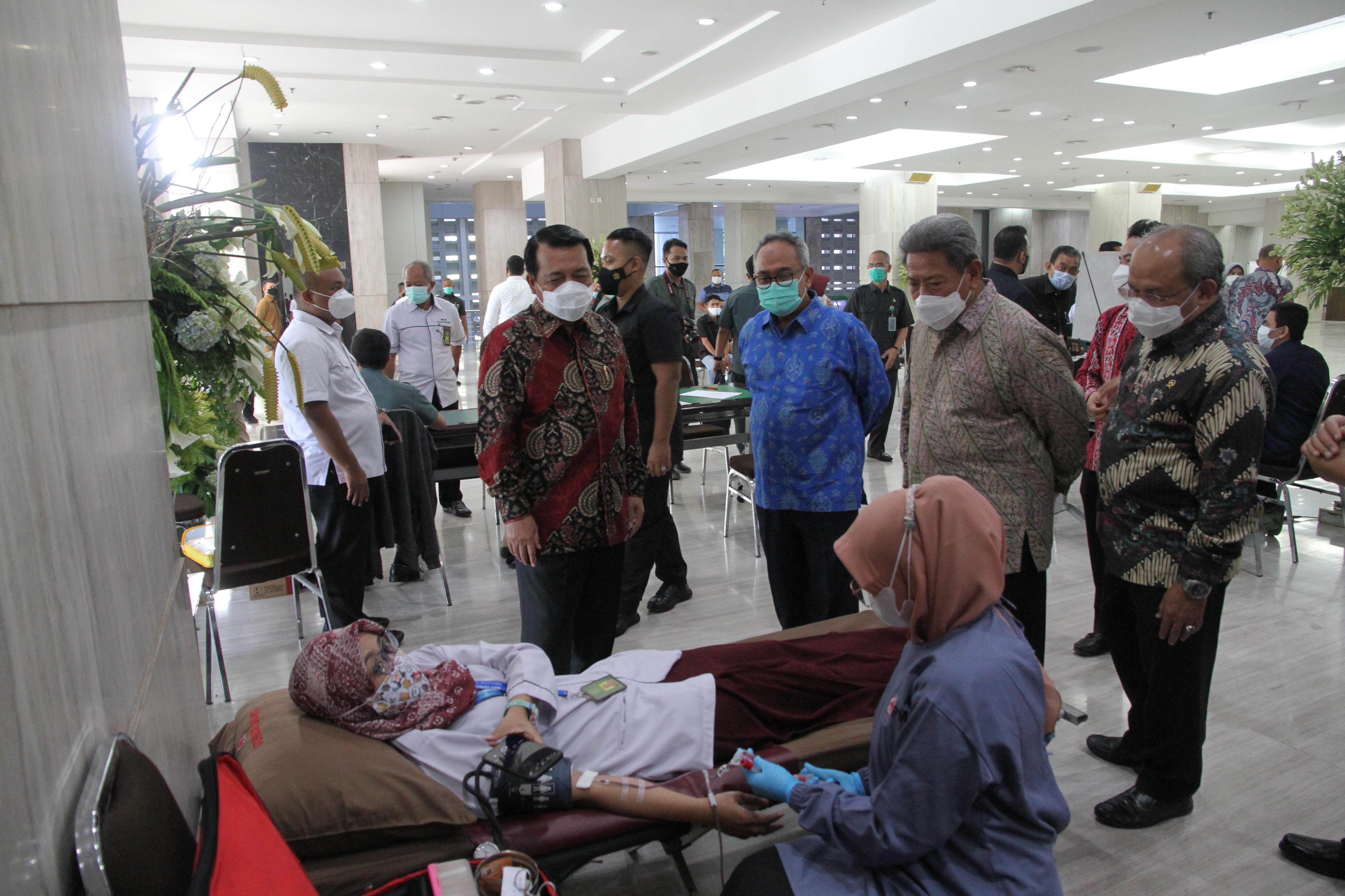 DONOR DARAH DALAM RANGKA HUT IKATAN HAKIM INDONESIA KE-68
